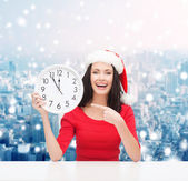 Donna sorridente in santa helper cappello con orologio — Foto Stock