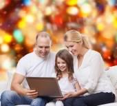 Famille souriante avec ordinateur portable — Photo