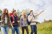 Skupina usměvavá přátel s batohy turistika — Stock fotografie