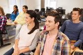 Skupina studentů usmívající se v přednáškovém sále — Stock fotografie