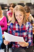 Lächelnd Studenten mit notebook — Stockfoto