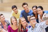 Grupa studentów z kubkiem kawy i smartphone — Zdjęcie stockowe