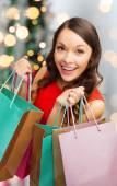 Lächelnde frau mit bunten einkaufstüten — Stockfoto