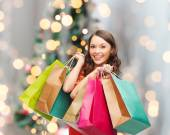 Smiling woman with colorful shopping bags — Stockfoto