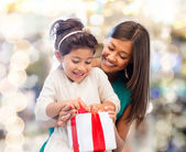 Happy mother and little girl with gift box — Foto Stock