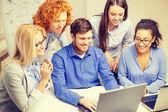 Usměvavý tým přenosných počítačů v úřadu — Stock fotografie