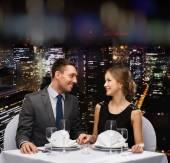 Lächelnd paar betrachten einander im restaurant — Stockfoto