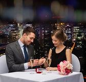 Man föreslår att hans flickvän på restaurang — Stockfoto
