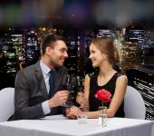 Young couple with glasses of wine at restaurant — ストック写真