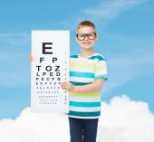 Smiling boy in eyeglasses with white blank board — ストック写真