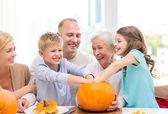 Lycklig familj sitter med pumpor hemma — Stockfoto