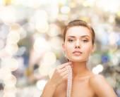 Güzel bir kadınla inci küpe ve bilezik — Stok fotoğraf