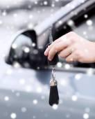 Närbild av man med bilnyckel utomhus — Stockfoto