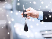 Close up of man with car key outdoors — Foto de Stock