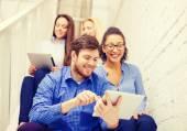 Team med tablet pc-dator sitter på trappan — Stockfoto