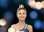 Smiling woman in evening dress wearing crown — Stock fotografie
