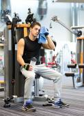 Man exercising on gym machine — Stock Photo