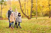 秋の公園で幸せな家族 — ストック写真
