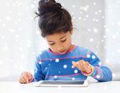 Девушка с планшетного Пк на дому — Стоковое фото