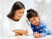 Mother and daughter with coloring pencils indoors — Foto de Stock