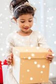 smiling little girl with gift box — Stok fotoğraf