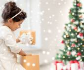 Smiling little girl with gift box — Foto Stock