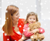 Mother and daughter with teddy bear toy — Foto Stock