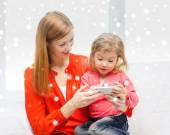 Mutlu anne ve kızı evde smartphone ile — Stok fotoğraf