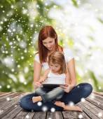 Madre felice con little girl e tablet pc — Stok fotoğraf