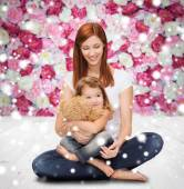 Happy mother with little girl and teddy bear — Foto Stock