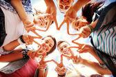 Grupo de adolescentes mostrando dedo cinco — Foto Stock