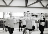 Group of smiling people exercising in the gym — ストック写真