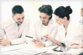 ビジネス チーム オフィスでタブレット pc での作業 — ストック写真