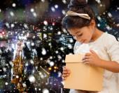 Smiling little girl with gift box — Stock Photo