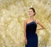 Sonriente mujer en vestido de noche con corona — Foto de Stock