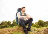 Hombre sonriente con mochila de senderismo — Foto de Stock