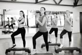 Group of smiling people doing aerobics — 图库照片