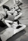 группа улыбающихся женщин, тренировки в тренажерном зале — Стоковое фото