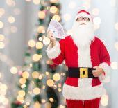 Homem com fantasia de Papai Noel com dinheiro do euro — Fotografia Stock