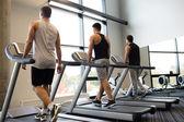 Männer auf dem Laufband im Fitness-Studio trainieren — Stockfoto