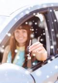 Close up of smiling woman with car key outdoors — Stock Photo