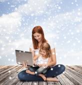 Happy mother with little girl and laptop — Stockfoto