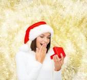 Sonriente mujer con sombrero de ayudante de santa con caja de regalo — Foto de Stock