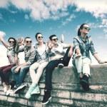 Grupa nastolatków wychodzić — Zdjęcie stockowe #57215767