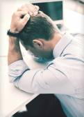 Stressato uomo d'affari con carte al lavoro — Foto Stock