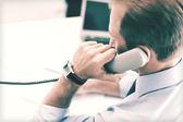 Empresário bonitão falando ao telefone — Foto Stock