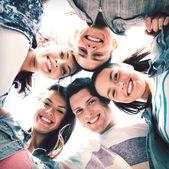 Grupo de adolescentes mirando hacia abajo — Foto de Stock