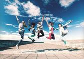 Skupina teenagerů skákání — Stock fotografie