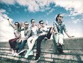 Grupo de adolescentes colgando — Foto de Stock