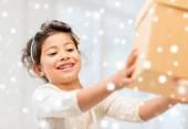 Usměvavá holčička s krabičky — Stock fotografie
